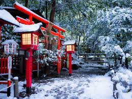Schrein Torii Tor Kyoto Japan Winter Schnee Bäume