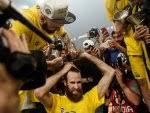 Fenerbahçeli Datome sözünü tutarak saçlarını kestirdi - İZLE