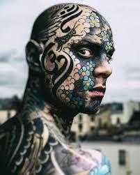 учитель начальных классов покрыл все тело и лицо татуировками