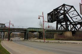 news commons photo essay winnipeg bridges oh oh oh miss alyssa the green rust on an old cp railway contrasts the new red of the lampposts