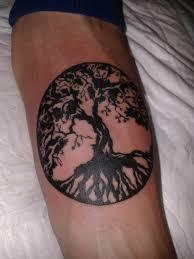 фото тату дерево в стиле блэкворк от мастера григорий пополитов
