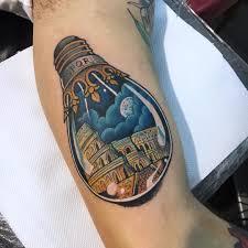 татуировка на бицепсе яркая лампочка стильная тату метла тату