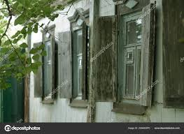 Drei Fenster Mit Alten Fensterläden Aus Holz Dorfhaus Stockfoto