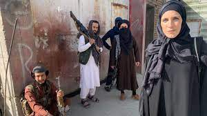 """مراسلة CNN تعلق على تداول صورتها بـ""""الحجاب والعباية"""" في أفغانستان - CNN  Arabic"""