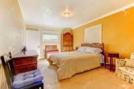 Schöne Gelbe Schlafzimmer Interieur Mit Holz Geschnitzt Bett