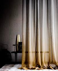 Vorhänge Lila Lila Vorhänge Im Modernen Schlafzimmer Stockfoto