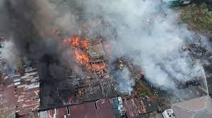 เสียงตูมสนั่น! ไฟไหม้ ชุมชนท่าน้ำบางศรีเมือง ชาวบ้านหนีตาย ไร้ที่นอน -  ข่าวสด