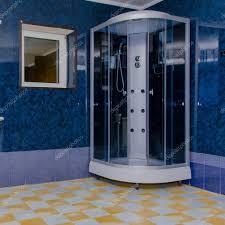 Dusche In Das Große Badezimmer Mit Fenster Stockfoto