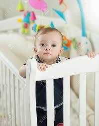 Schöne 9 Monate Alt Junge Baby In Weiß Krippe Im Schlafzimmer Stehen