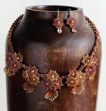 learn how to make a beaded necklace in this free guide on glass beads and lampworked