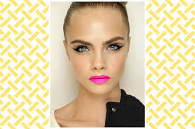 pink lips cat eyeliner makeup for first date