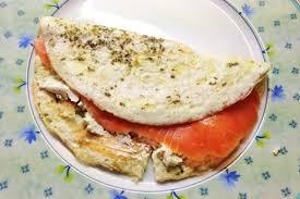 Jika dia tidak mahu makan nasi, maka dia membuat resipi grill salmon. Omelet Putih Telur Dengan Salmon Salai