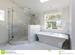 Modernes Badezimmer Mit Dusche Und Badewanne Stockbild Bild Von