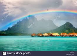 Die Bungalows über Dem Wasser Mit Regenbogen Und Mt Otemanu