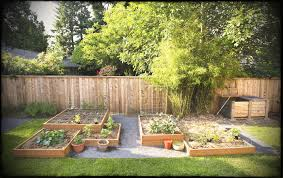 small square foot backyard vegetable garden ideas with wood raised bed and wire trellis wooden fence