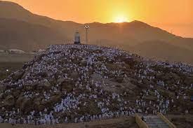 """مجلة هي på Twitter: """"يتكون جبل الرحمة أو جبل عرفة (عرفات) من الحجارة  الملساء الناعمة ذات اللون الأسود والكبيرة الحجم، ويقع إلى الناحية الشرقية  من جبل عرفات بطولٍ يبلغ 300 متر، ومحيطه"""