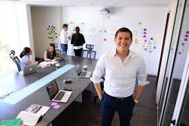 Aaron Benitez, el hombre que te pide 'hackear' tu vida in 2020 | Poses,  Entrepreneur, Coat