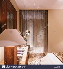 Lampe Auf Konsole Tisch Im Schlafzimmer Mit Perlenvorhang Stockfoto