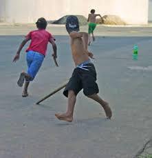 Resultado de imagem para meninos de brincadeira na rua fotos