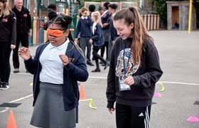 Bella ramsey lleva en activo 1 años, a lo largo de los cuales ha participado en 2 películas que promedian una nota de 6.4/10. Leftlion Game Of Thrones Star Bella Ramsey Visits Nottingham School