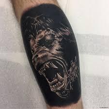 оборотень на черном фоне тату на голени у парня добавлено иван