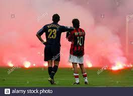 Inter Mailand Materazzi und Rui Costa vom AC Mailand warten auf dem  Spielfeld während ihre Champions League-Fußball-Spiel in Mailand. Inter  Mailand Marco Materazzi (L) und AC Manuel Rui Costa wartet auf dem