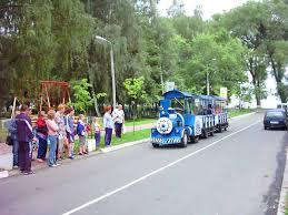 Этот паровозик конечно же предназначен для катания детей  Курортный поселок Нарочь паровозик для катания детей