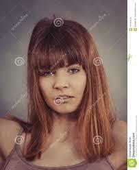 Jolie Jeune Femme Ayant La Coiffure De Frange Image Stock