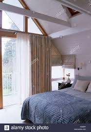 Blau Graue Quilt In Modernen Loft Conversion Schlafzimmer Mit Floral
