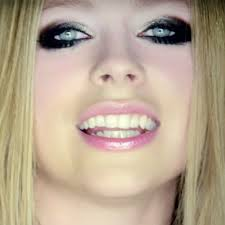 you avrillavignevevo leave a ment avril lavigne is wearing glamorous smokey eye makeup