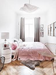 Jeder raum hat einen besonderen charme, doch das schlafzimmer ist ein wichtiger rückzugsort, der viel aufmerksamkeit beim einrichten erfordert. Kleines Schlafzimmer Einrichten Die Besten Tipps Und Ideen Westwing