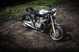 is à la terre d un café je regarde le bandit de ma copine et je lui dis elle est vraiment trop moche ta moto faudrait couper tout l arrière