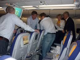 Resultado de imagem para imagem passageiro passando mal em avião
