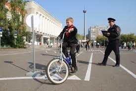 Городская контрольная · Городские новости Красноярск Азы правил дорожного движения ребятам дают ещё в детском саду и школе как правильно переходить дорогу почему нельзя играть рядом с проезжей частью