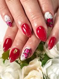 今回はお客様が大好きな赤ネイル で赤に似合う花のデザインをしてみ