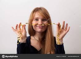 Mladá žena Zrzavé Vlasy Pihy Oblečeni Tmavých Sametových šatech