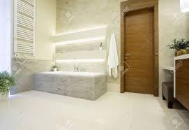 Bild Von Holzeingangstür Zum Luxus Badezimmer Lizenzfreie Fotos