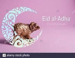 Goldene Lamm-Figur mit ornamentalem Halbmond auf violettem Hintergrund.  Schafe von Eid al-Adha Mubarak oder Opferfest Kurban Bairam Stockfotografie  - Alamy