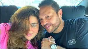 ريهام حجاج تحمل مولودا في صورة رمانسية مع زوجها.. هل أنجبت؟