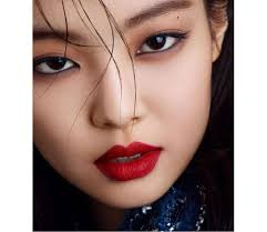 everyday normal makeup and your idea of edgy makeup well it looks like jennie from blackpink just gave us the perfect visual representation for this