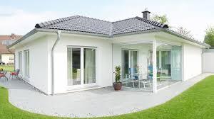 Fingerhut Bungalow Einfamilienhaus Weiß Verputzt Schwarzes Dach
