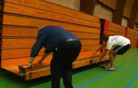 simply mover com testimonials in de gymzaal met twee personen de tribune open klappen