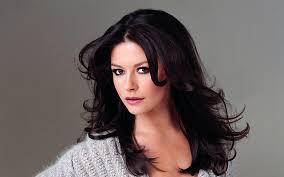 Catherine Zeta-Jones  2020 Marrone scuro capelli & classico stile dei capelli.