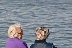 フリー写真画像: 高齢者, 眼鏡, 祖母, ライフ スタイル, 年金受給者, 女性, 水, レジャー, アウトドア, 自然