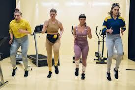Liikunnan ilot -esitys muuttaa Teatteri Takomon näyttämön kuntosaliksi –  Sateenkaarenmaalari