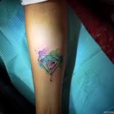 бриллиант в ярких красках тату на предплечье у девушки добавлено