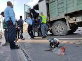 """נלכדו מתחת לגלגלי משאית: רוכבת קורקינט חשמלי ואופנוען נהרגו בתאונות בת""""א ובפ""""ת"""