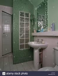 Kleines Badezimmer Mit Mosaik Fliesen Und Glas Brick Wall Gebildet