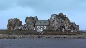 la maison entre les rochers de plougrescant côtes d armor