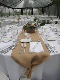 image of how to setting up burlap table runner for wedding party